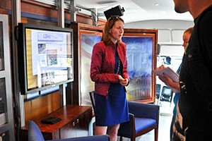 Sarah Parker '98 speaks with IC students aboard the C-SPAN bus.