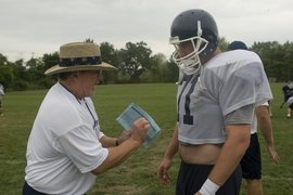 Former NFL coach Tony Wise '73 works with the football team.