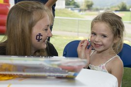 STAT member paints a little girl\'s face